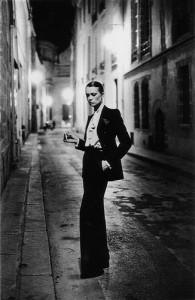 Yves Saint Laurent, kobieta  smokingu z krawatem, jaki był noszony w XIX wieku