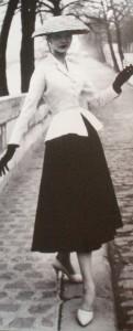 """strój pochodzący z kolekcji Diora """"New Look"""" 1947"""