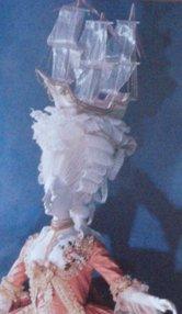 suknia à la francaise, na głowie ozdoba w firmie statku