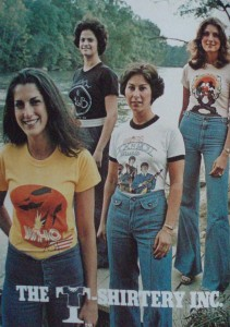 "modelki w dżinsach i t-shirtach, reklama firmy ""T-Shirtery Inc. 1976"