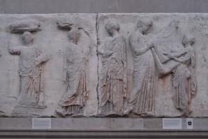scena przekazywania peplosu, rytuał odprawiany w procesji panatejskiej, fragment fryzu z Partenonu, ok. 445 p.n.e.