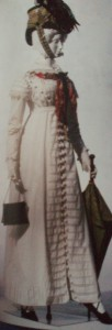 bawełniana suknia z najmodniejszymi rekwizytami – parasolką z drewniana raczka oraz reticule z metalowej siatki na sznureczku